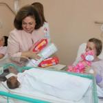 Принцеза Катарина приликом обиласка породиља и беба којима је уручила пригодне поклоне