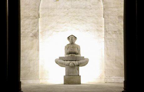 """Skulptura """"Povijest Hrvata"""" fotografisana noću"""