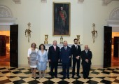 Г-ђа Алисон Ендрјуз, Принцеза Катарина, Престолонаследник Александар, Принц од Велса, Принц наследник Петар и г-дин Дејвид Ендрјуз у црно-белом салону Белог Двора