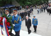 Members of the Guard bring wreath of HE Mr Tomislav Nikolic, president of Serbia