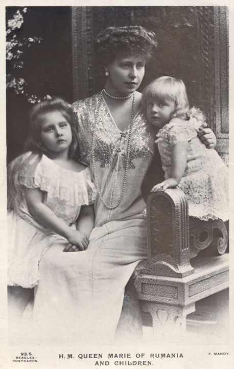 HM Queen Maria as a child with her mother and sister