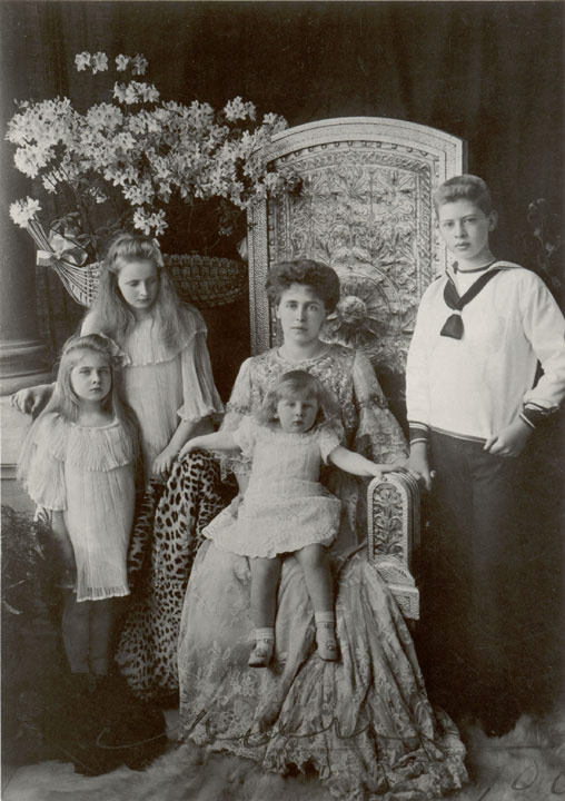 HE. Queen Mary as a child with her mother and siblings