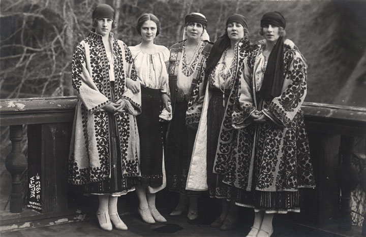 HM Queen Maria with mother and sisters