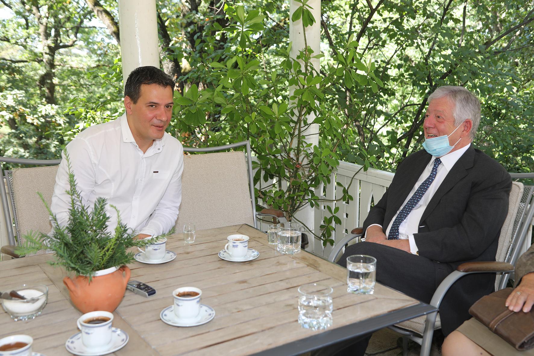 Nj.K.V. Prestolonaslednik Aleksandar sa predsednikom opštine Topola, g-dinom Igorom Petrovićem