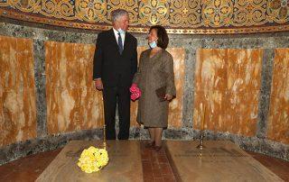 Nj.K.V. Prestolonaslednik Aleksandar i Princeza Katarina pale sveće na grobovima Nj.V. Kralja Petra II i Kraljice Aleksandre