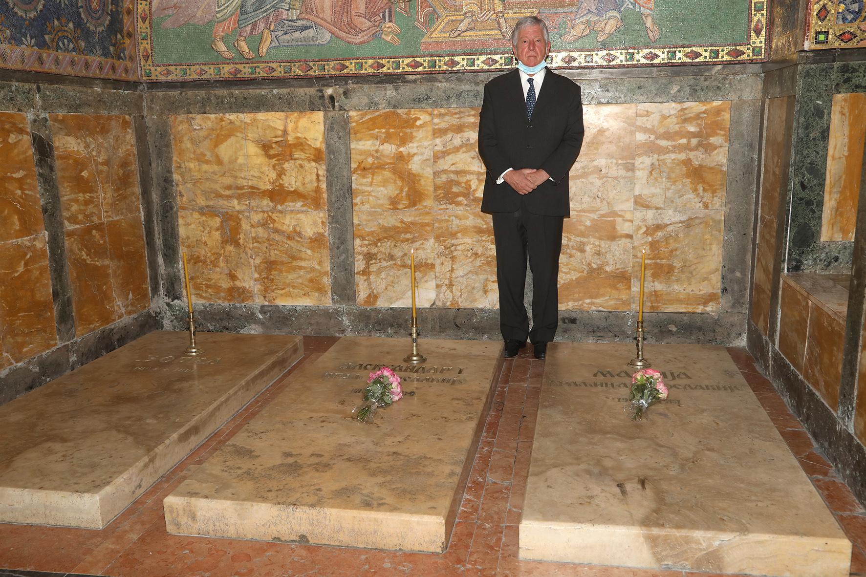 Nj.K.V. Prestolonaslednik Aleksandar pali sveće na grobovima njegovog dede, Nj.V. Kralja Aleksandra I i njegove bake, Nj.V. Kraljice Marije