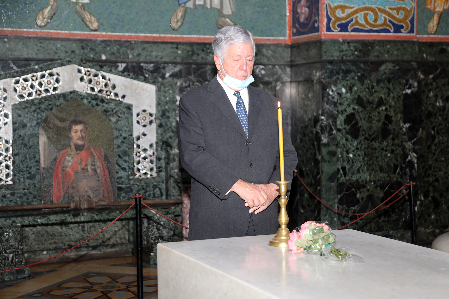 Њ.К.В. Престолонаследник Александар пали свећу на Карађорђевом гробу