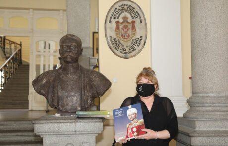 """Секретар ОШ """"Краљ Петар I"""" примила је књиге на поклон за школску библиотеку"""