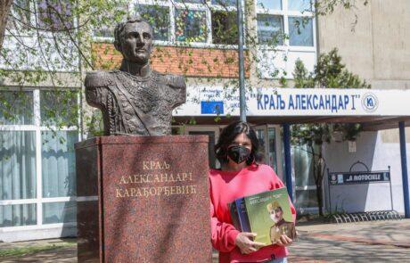 """Библиотекар ОШ """"Краљ Александар I"""" примила је књиге на поклон за школску библиотеку"""