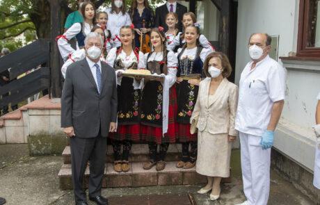 Дочек за Њихова Краљевска Височанства испред Дома здравља у Тополи