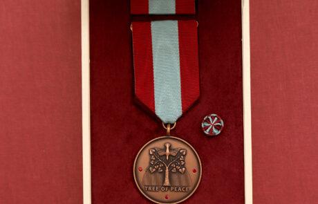 """Spomen-medalja """"Drvo mira"""" posebnog stepena sa rubinima, visoko priznanje nevladinog i neprofitnog udruženja """"Servare et Manere"""" iz Slovačke"""