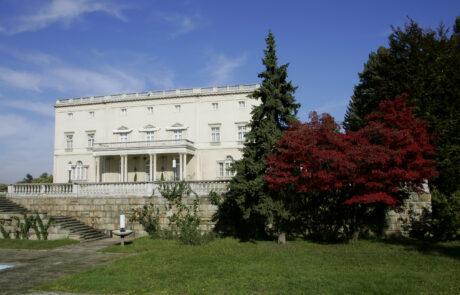 Бели двор, један од два двора на Краљевском комплексу